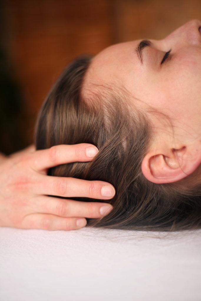 Anwendung Craniosacrale Osteopathie am Kopf